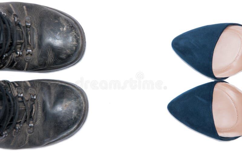 Mujer contra los zapatos del hombre imagenes de archivo