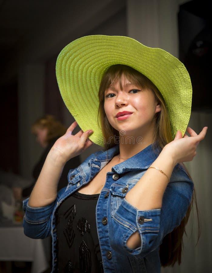 Mujer coqueta en sombrero verde foto de archivo libre de regalías