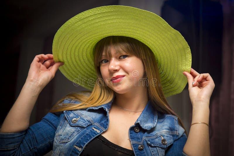 Mujer coqueta en sombrero verde fotografía de archivo libre de regalías