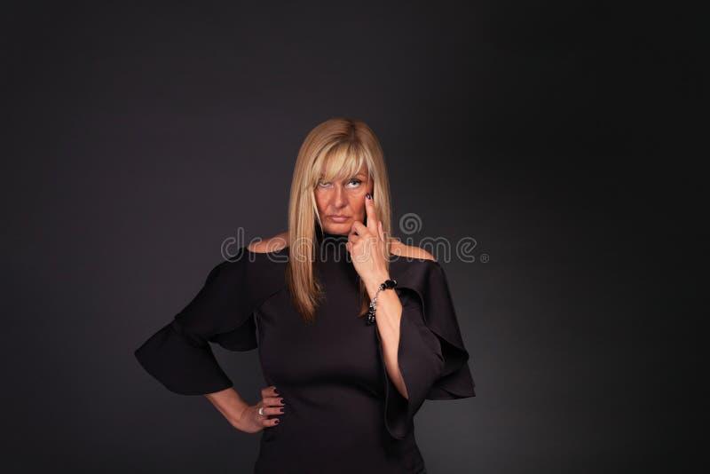¡Mujer corporativa estricta - ` m de I que le mira! imagen de archivo libre de regalías