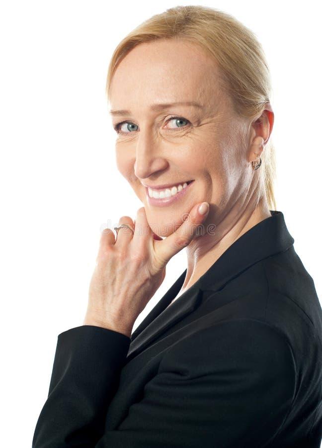 Mujer corporativa mayor sonriente, primer imagen de archivo libre de regalías