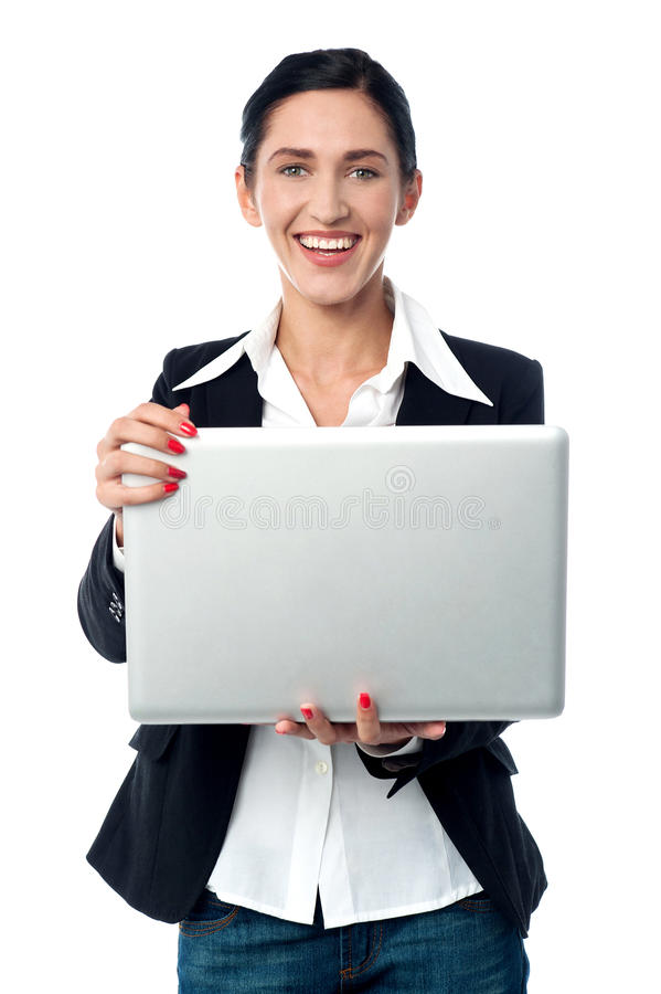 Mujer corporativa que sostiene el ordenador portátil imagen de archivo
