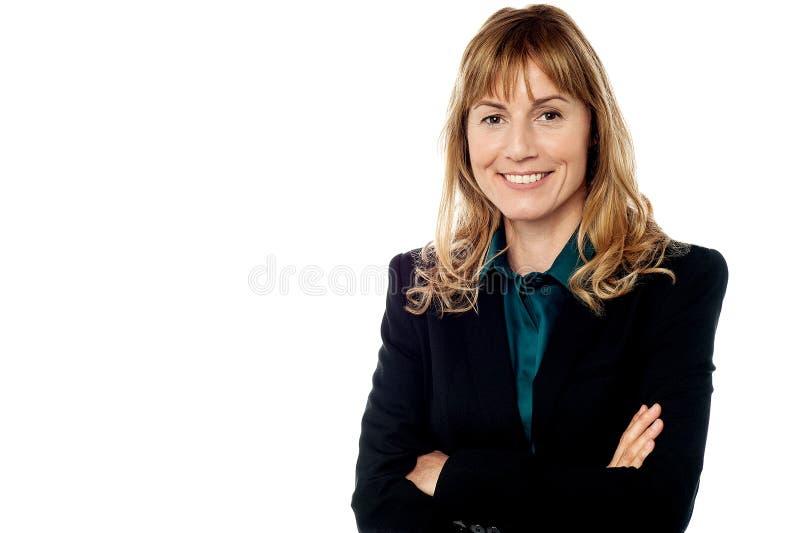 Mujer corporativa sonriente, aislada en blanco imagen de archivo