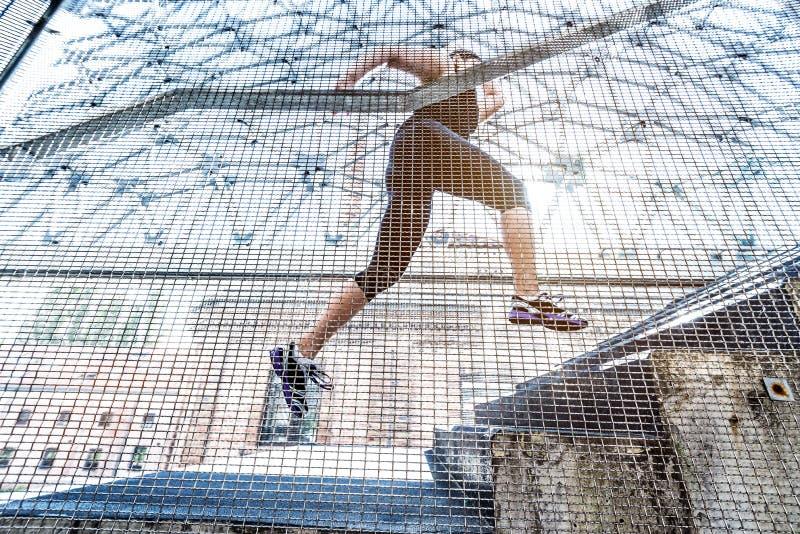 Mujer corriente en el equipo negro de los deportes, funcionando con para arriba las escaleras fotografía de archivo