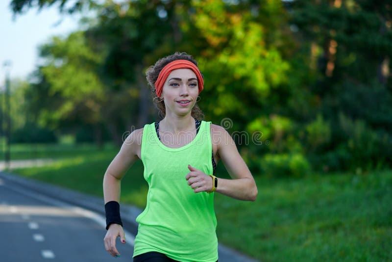 Mujer corriente en pista durante la sesi?n de formaci?n Corredor femenino que practica en circuito de carreras del atletismo foto de archivo libre de regalías