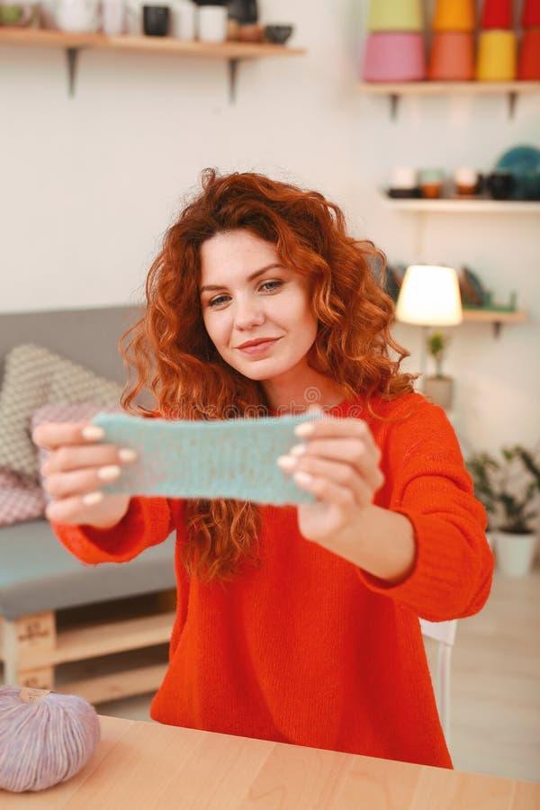 Mujer creativa que disfruta de su actividad del ganchillo foto de archivo libre de regalías
