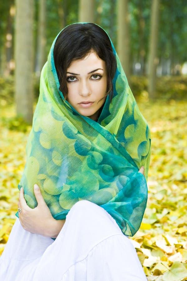 Mujer cubierta por el pañuelo. fotografía de archivo