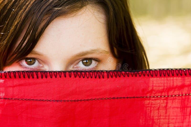 Mujer curiosa detrás del velo fotos de archivo