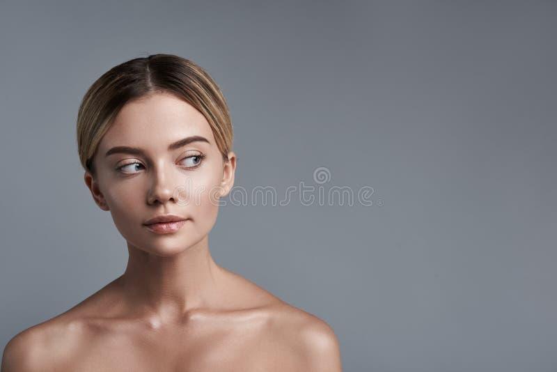 Mujer curiosa que parece a la izquierda y que siente interesada imagenes de archivo