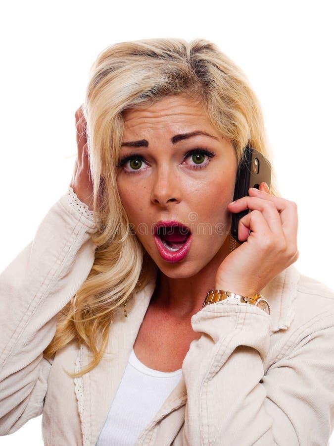 Mujer dada una sacudida eléctrica en el teléfono imagen de archivo libre de regalías