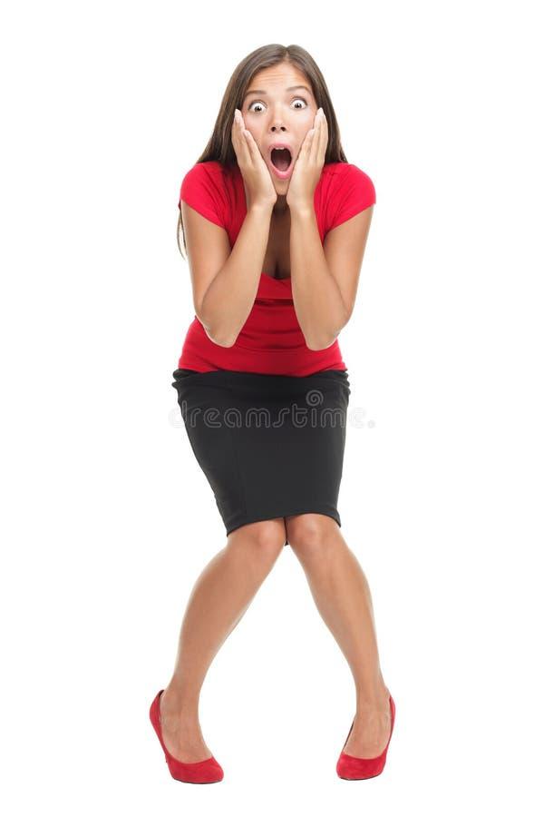 Mujer dada una sacudida eléctrica y sorprendida aislada imagen de archivo