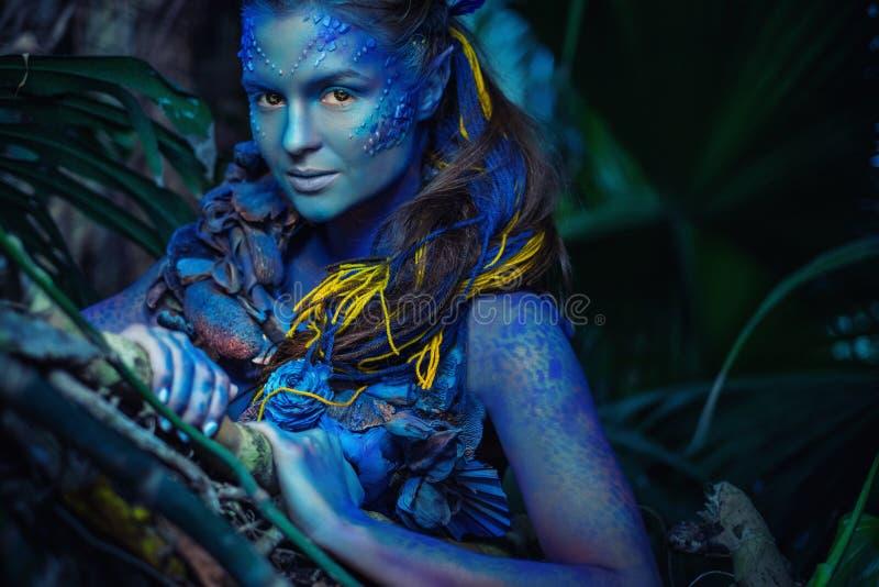 Mujer de Avatar en un bosque imagen de archivo