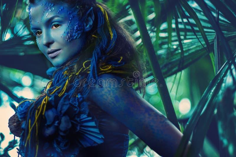 Mujer de Avatar en un bosque imágenes de archivo libres de regalías