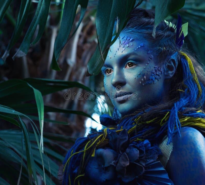 Mujer de Avatar en un bosque fotos de archivo libres de regalías