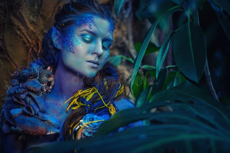 Mujer De Avatar En Un Bosque Foto de archivo Imagen de maquillaje