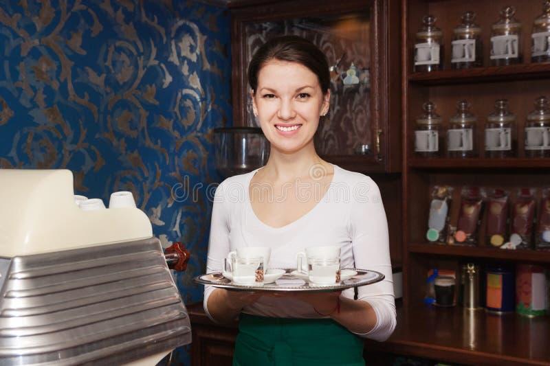 Mujer de Barista con café imágenes de archivo libres de regalías