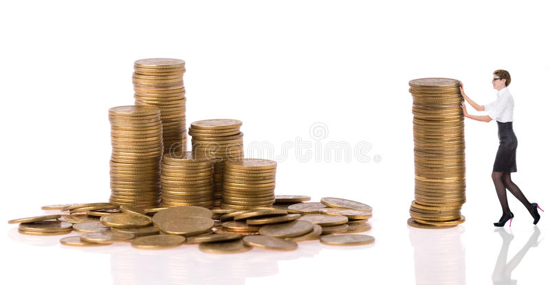 Mujer de Busines con las monedas de la columna fotografía de archivo libre de regalías