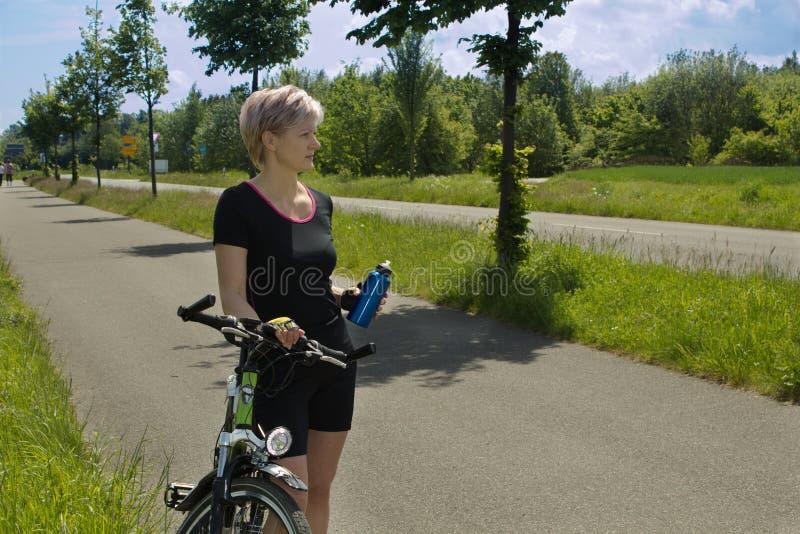 Mujer de ciclo imagenes de archivo