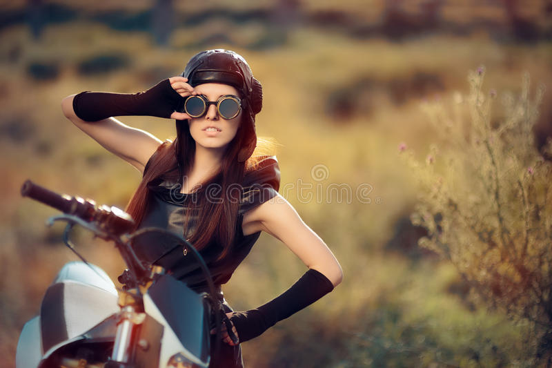 Mujer de Cosplay Steampunk al lado de su motocicleta imagen de archivo libre de regalías