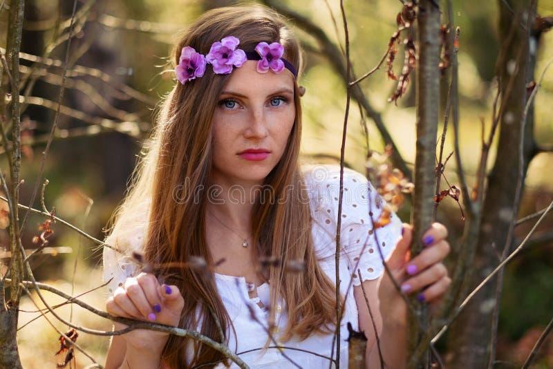 Mujer de Frackled en un bosque imagen de archivo