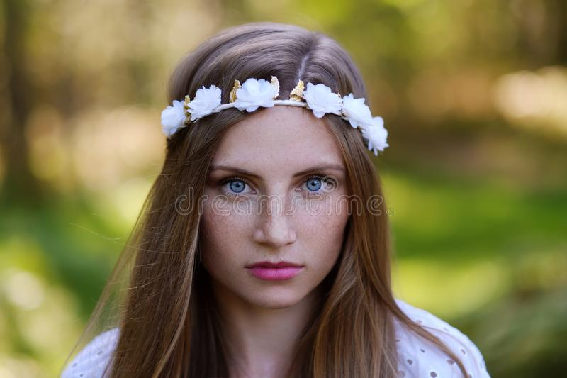 Mujer de Frekcled con el anillo de la flor en su cabeza foto de archivo libre de regalías