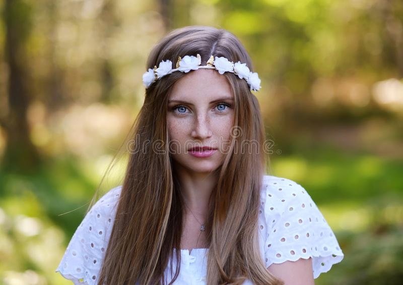 Mujer de Frekcled con el anillo de la flor en su cabeza imagen de archivo libre de regalías