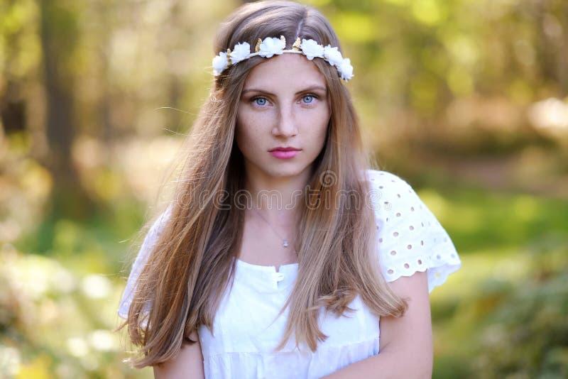 Mujer de Frekcled con el anillo de la flor en su cabeza fotografía de archivo libre de regalías
