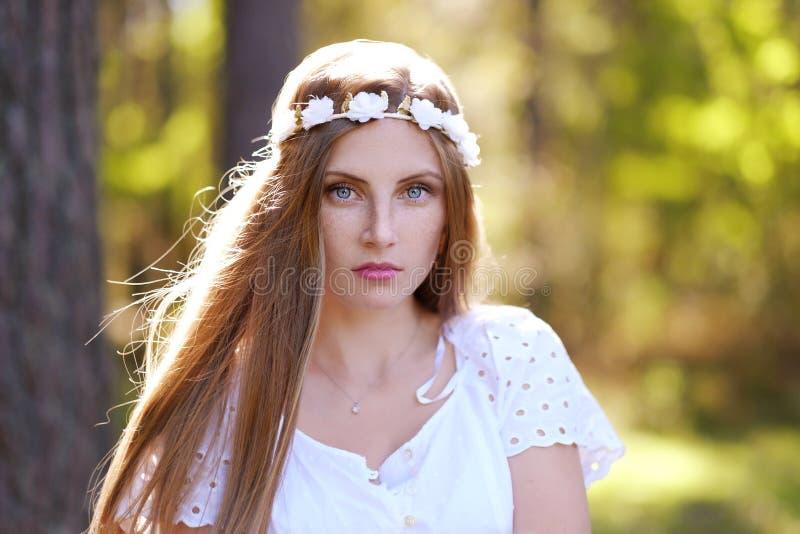 Mujer de Frekcled con el anillo de la flor en su cabeza imagenes de archivo