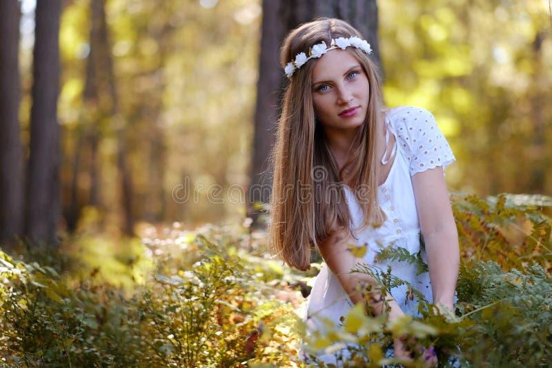 Mujer de Frekcled con el anillo de la flor en su cabeza imágenes de archivo libres de regalías