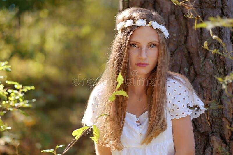 Mujer de Frekcled con el anillo de la flor en su cabeza fotos de archivo