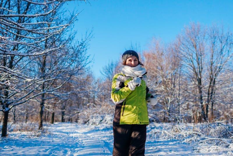 Mujer de funcionamiento del atleta que esprinta en exterior del entrenamiento del bosque del invierno en tiempo nevoso frío fotografía de archivo libre de regalías