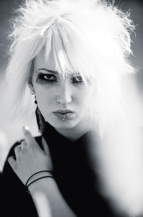 Mujer de Goth con el retrato del pelo blanco imagen de archivo
