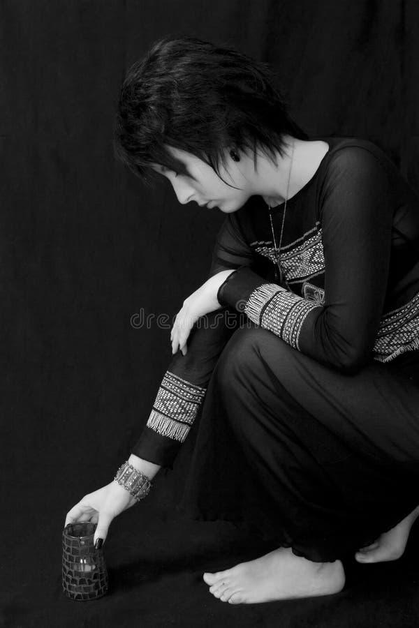 Mujer de Goth con la vela pagana imagen de archivo