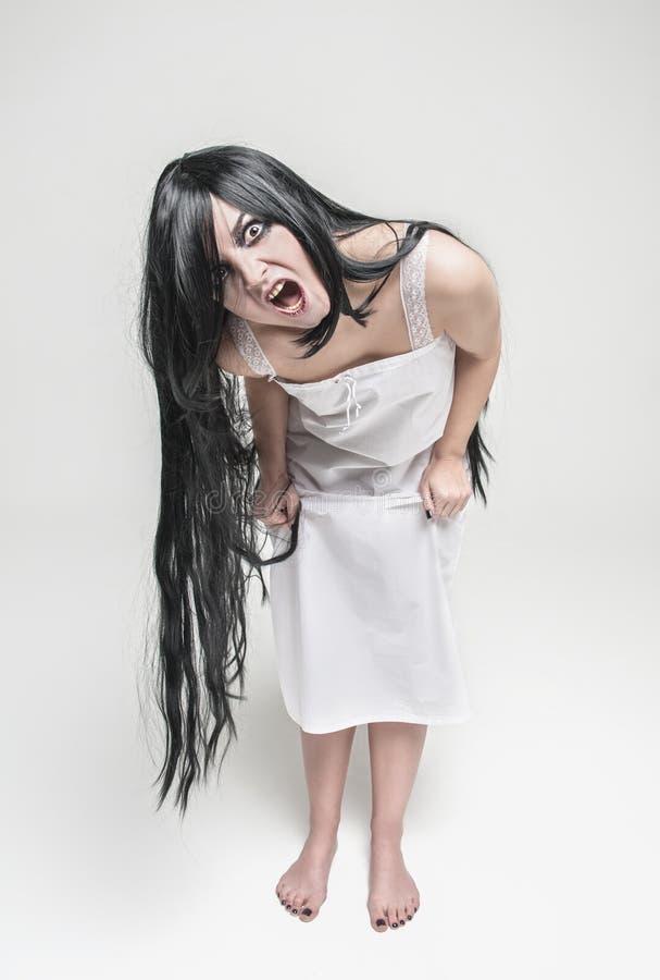 Mujer de griterío de la bruja mística que le mira fotografía de archivo libre de regalías