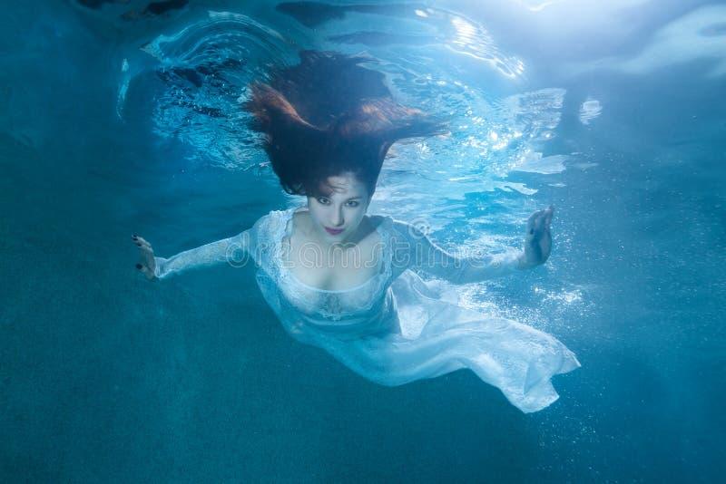 Mujer de hadas debajo del agua imagen de archivo libre de regalías