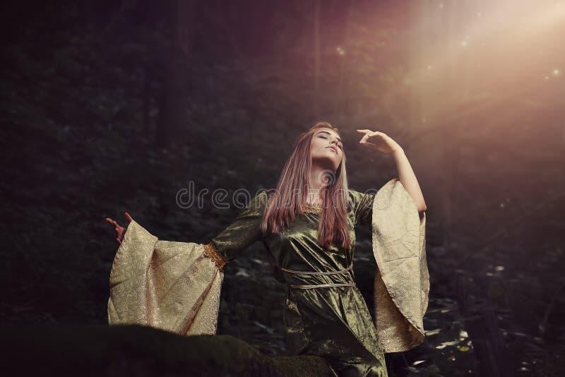 Mujer de hadas perdida en un sueño del pleno verano fotografía de archivo libre de regalías