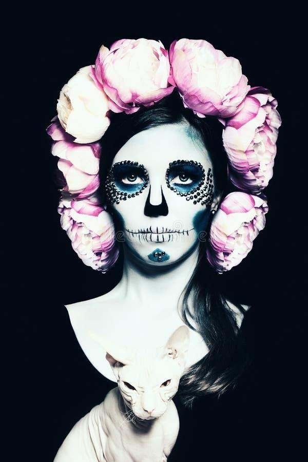 Mujer de Halloween con Sugar Skull Makeup imagenes de archivo