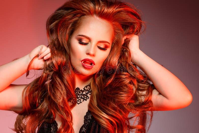 Mujer de Halloween del vampiro Retrato de la muchacha del vampiro de la belleza Molestia foto de archivo