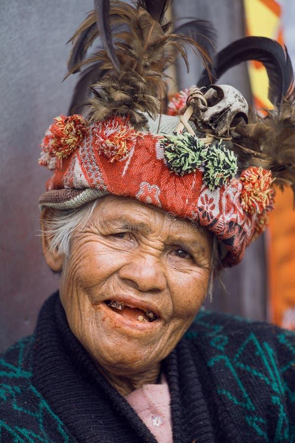 Mujer de Ifugao en vestido nacional al lado de las terrazas en Banaue, Filipinas del arroz foto de archivo