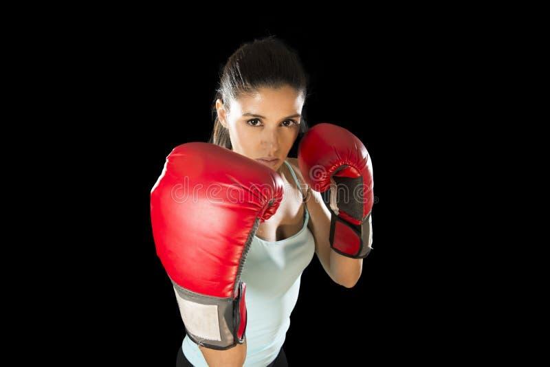 Mujer de la aptitud con los guantes de boxeo rojos de la muchacha que presentan en actitud desafiante y competitiva de la lucha fotos de archivo libres de regalías