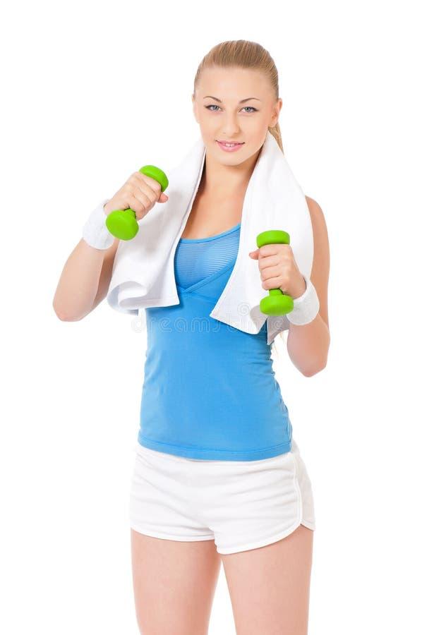Mujer de la aptitud con pesas de gimnasia y la toalla fotos de archivo