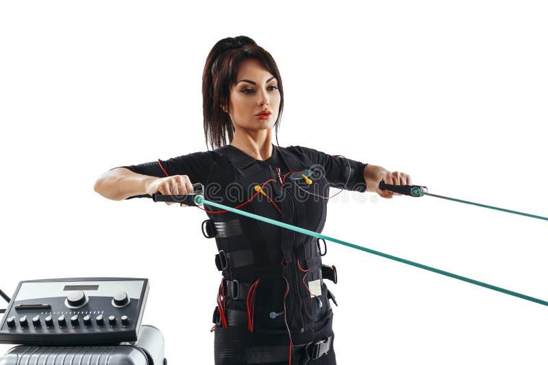 Mujer de la aptitud del ccsme Ejercicio horizontal del empuje con el cable del entrenamiento fotografía de archivo libre de regalías