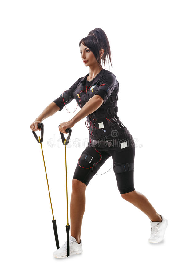 Mujer de la aptitud del ccsme que hace los ejercicios para las manos y la parte posterior con el ampliador fotografía de archivo