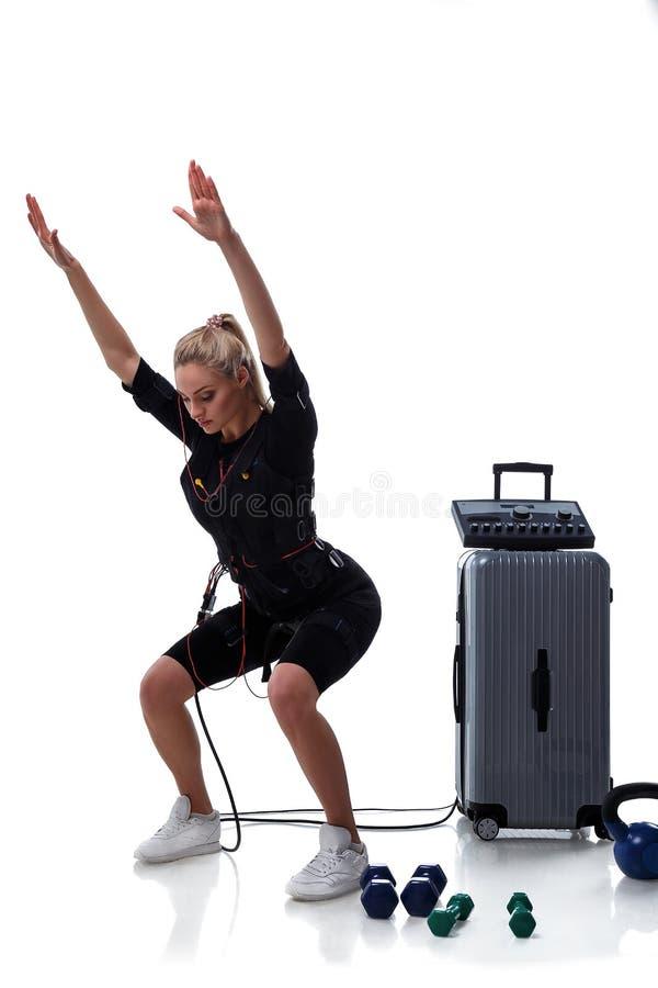 Mujer de la aptitud del ccsme que hace posiciones en cuclillas foto de archivo libre de regalías