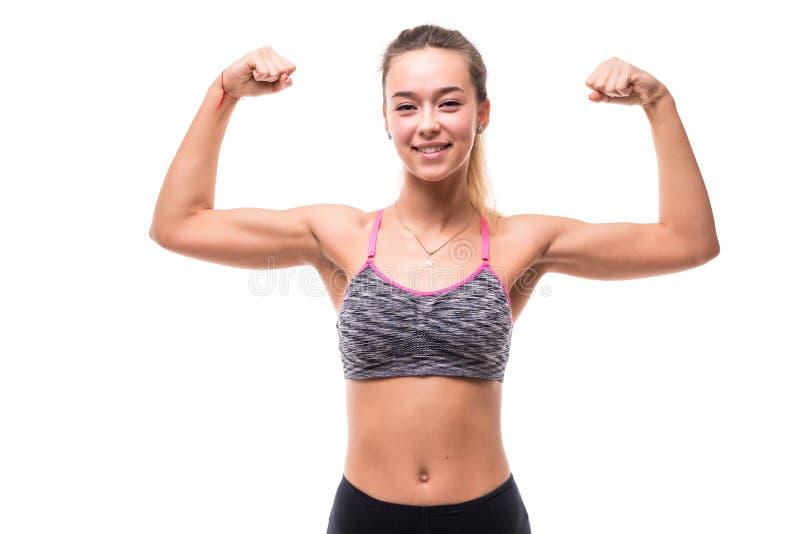 Mujer de la aptitud emocionada aislada en el fondo blanco Modelo femenino caucásico que sonríe y que muestra los músculos fotografía de archivo