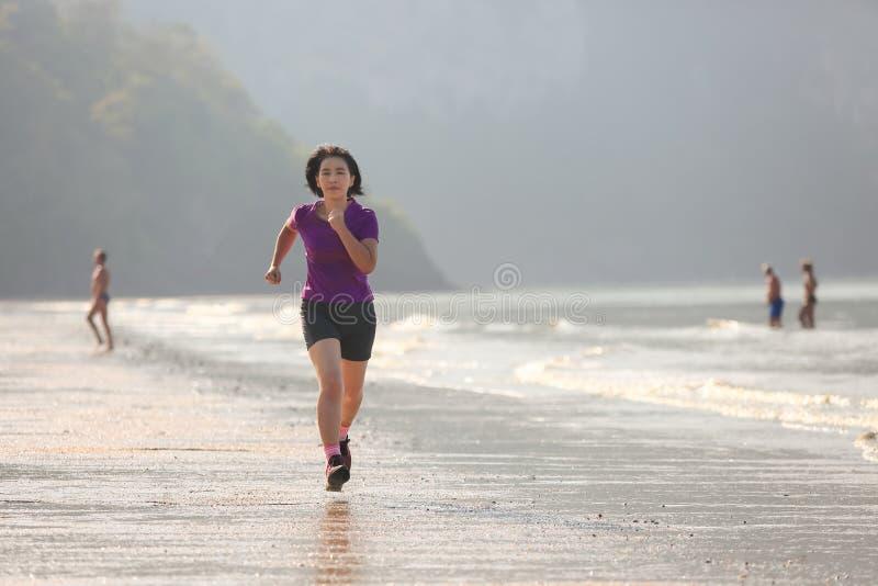 Mujer de la aptitud en la playa del nang del ao, Krabi imagen de archivo