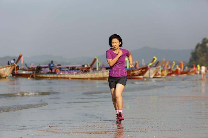 Mujer de la aptitud en la playa del nang del ao, Krabi, Tailandia imagenes de archivo