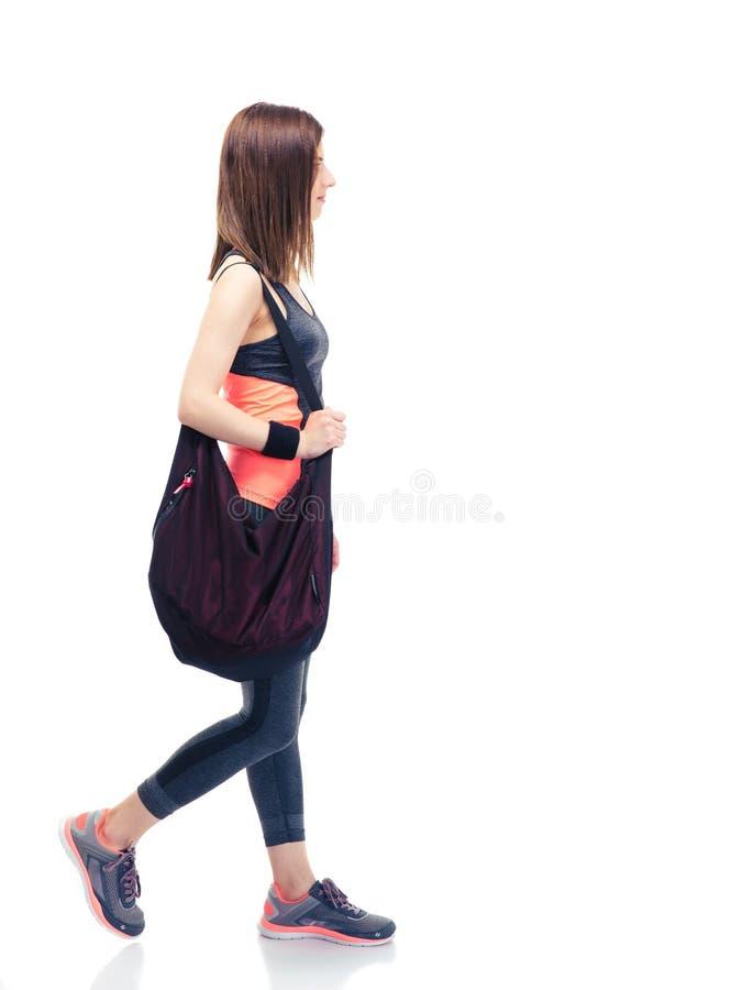 Mujer de la aptitud que camina con el bolso foto de archivo libre de regalías