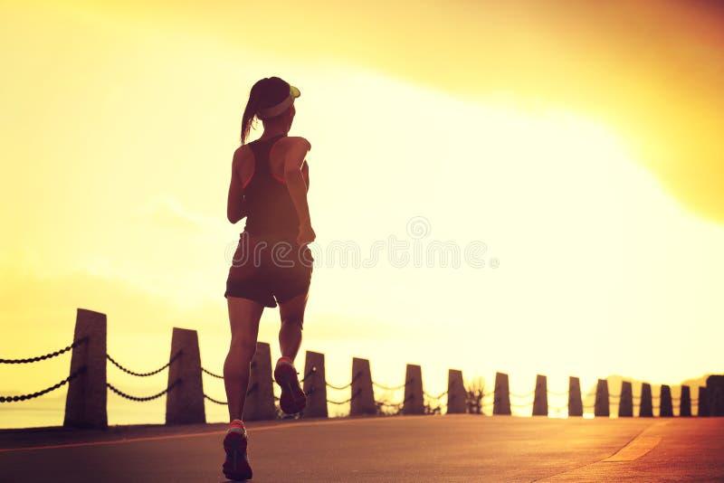 Download Mujer De La Aptitud Que Corre En Rastro De La Playa De La Salida Del Sol Foto de archivo - Imagen de día, activo: 64201488