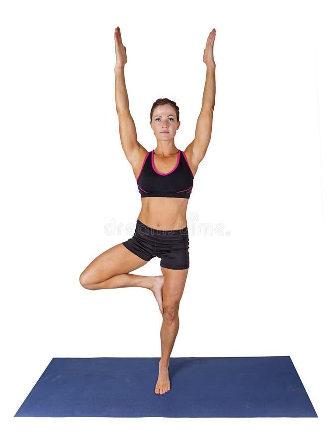 Mujer de la aptitud que hace yoga en una estera de la yoga Aislado en un fondo blanco imagen de archivo libre de regalías